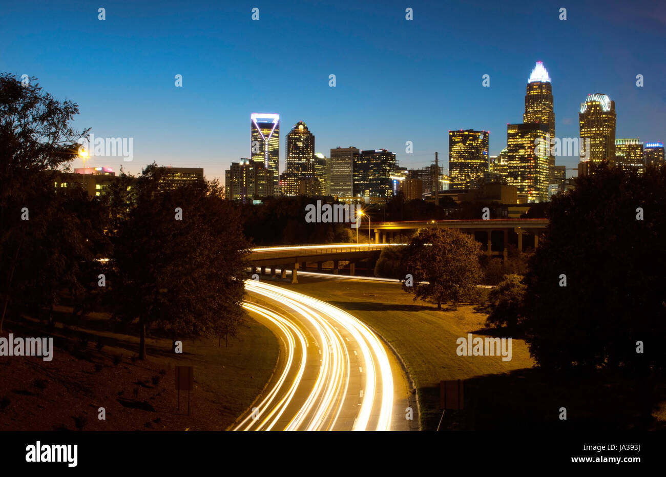 Charlotte North Carolina skyline at night avec circulation brouille et crépuscule Banque D'Images