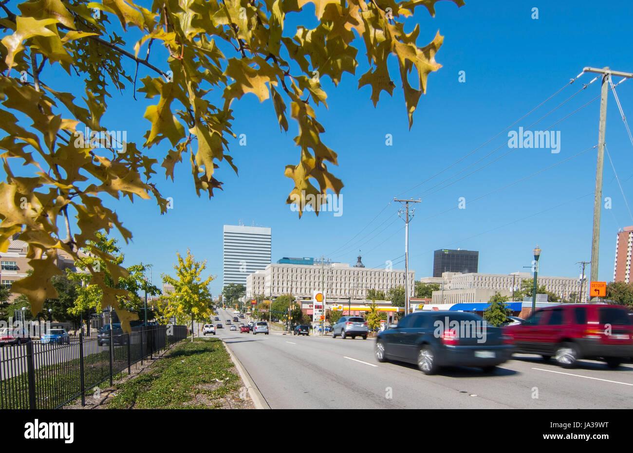 USA, Columbia en Caroline du Sud du centre-ville de la circulation sur la rue de l'Assemblée en couleurs d'automne Banque D'Images