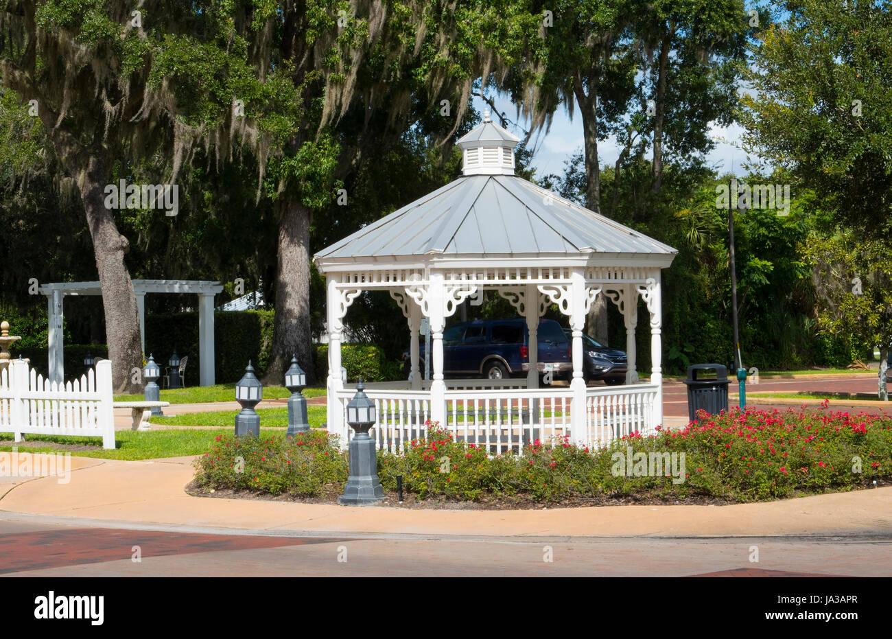 Longwood Florida gazebo blanc au centre-ville de petite ville, Banque D'Images