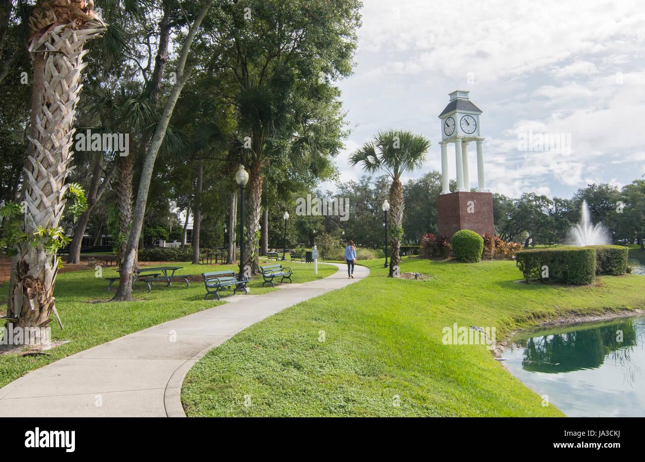 Le centre-ville de Floride Lake Mary woman walking in park Central Park à tour de l'horloge à nouveau centre commercial, Banque D'Images