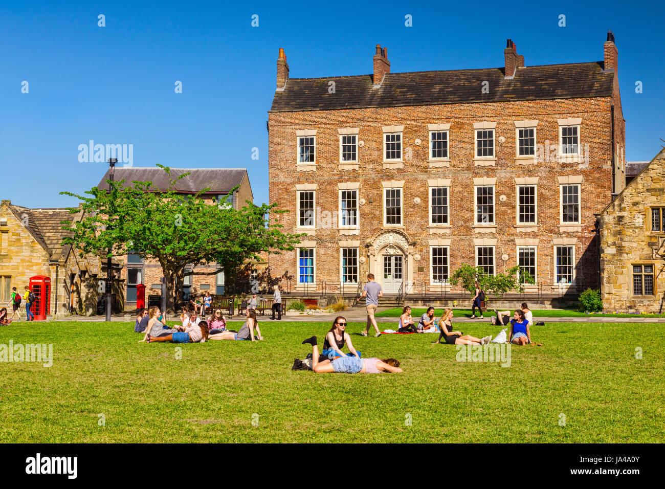 25 Mai 2017: ville de Durham, England, UK - étudiants et touristes profitant du soleil sur Palace Green. Photo Stock