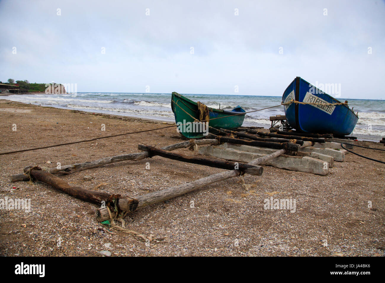 Vieux bateaux de pêche sur la rive près de Bucarest, Roumanie Photo Stock