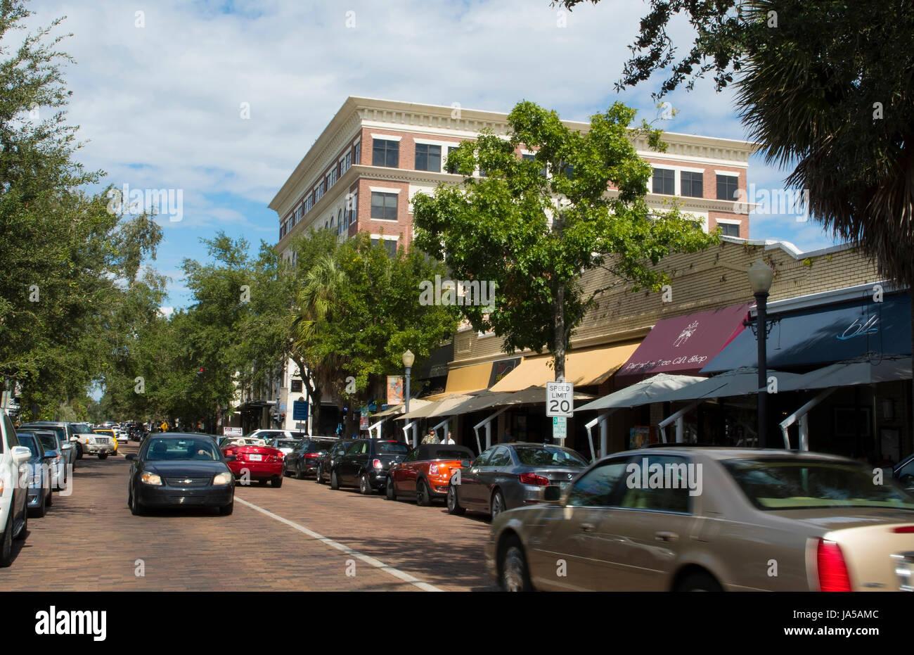 Winter Park Florida Park Avenue et des boutiques et restaurants de la circulation dans les cafés haut de gamme exclusive Banque D'Images