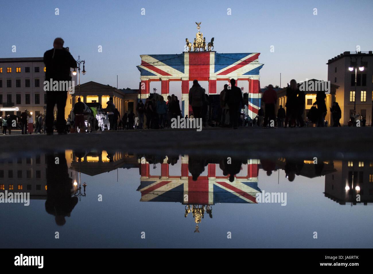 Berlin, Allemagne. 4 juin, 2017. La porte de Brandebourg est vu allumé dans les couleurs de la drapeau britannique, Photo Stock