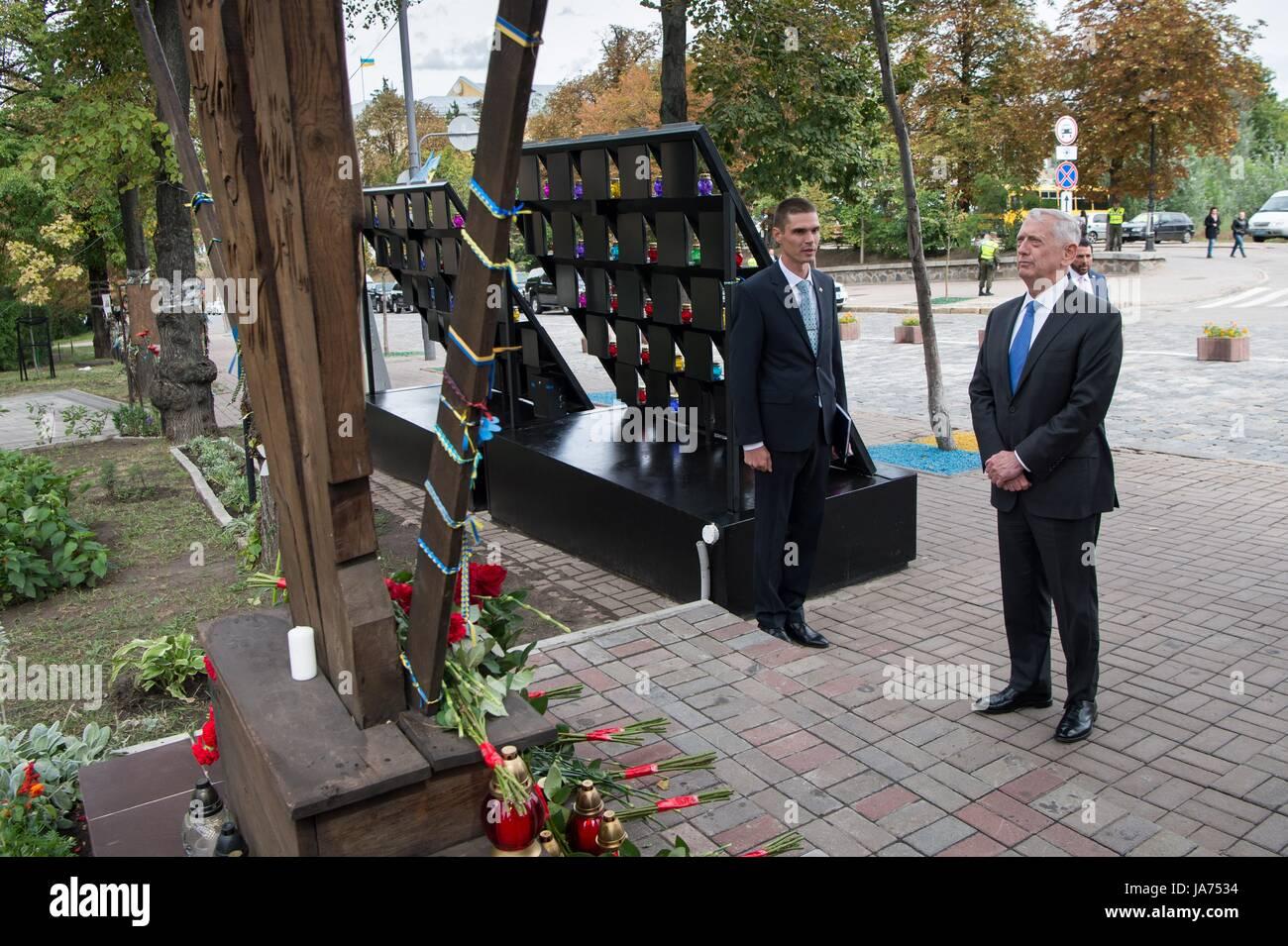 """Le secrétaire américain à la Défense, James Mattis paye ses respects au monument pour la """"Heavenly Photo Stock"""