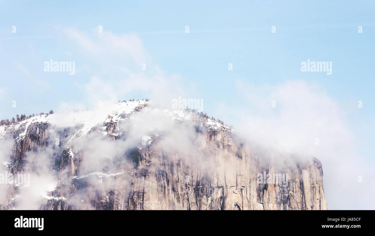 Photo panoramique du haut de la Yosemite Demi Dôme avec la neige et les nuages épars. Banque D'Images