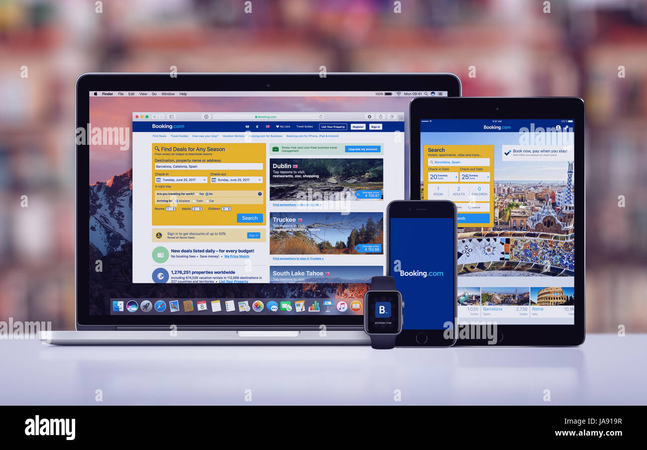 Booking.com sur l'iPhone d'Apple iPad 7 Apple Pro Watch et Macbook Pro Photo Stock