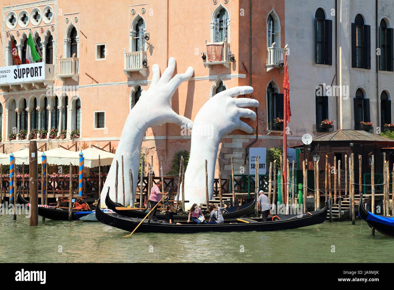 Art Biennale Venise 2017. SUPPORT D'exposition par Lorenzo Quinn. Photo Stock