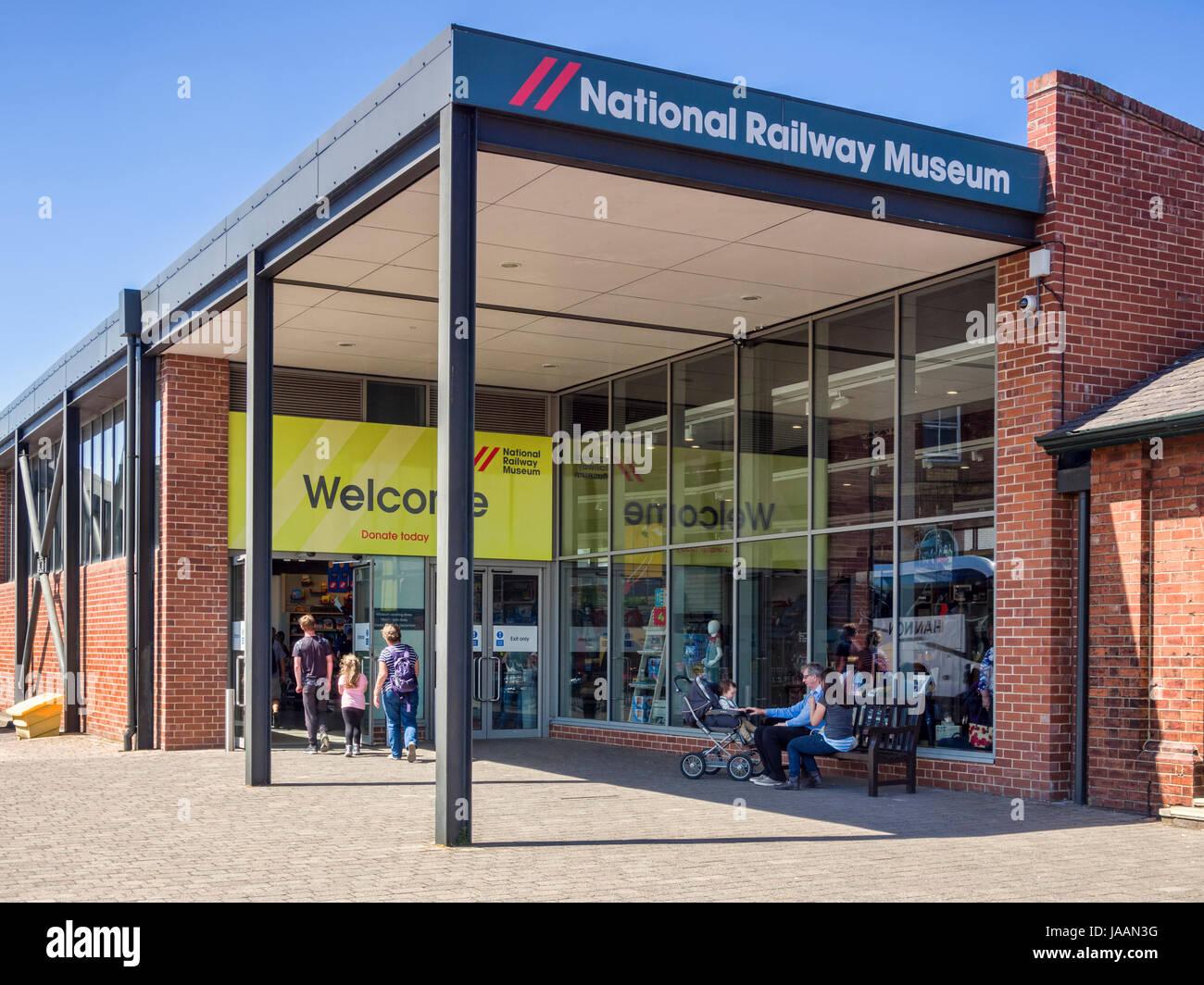31 Mai 2017: York, North Yorkshire, Angleterre, Royaume-Uni - Les visiteurs qui entrent dans le National Railway Photo Stock