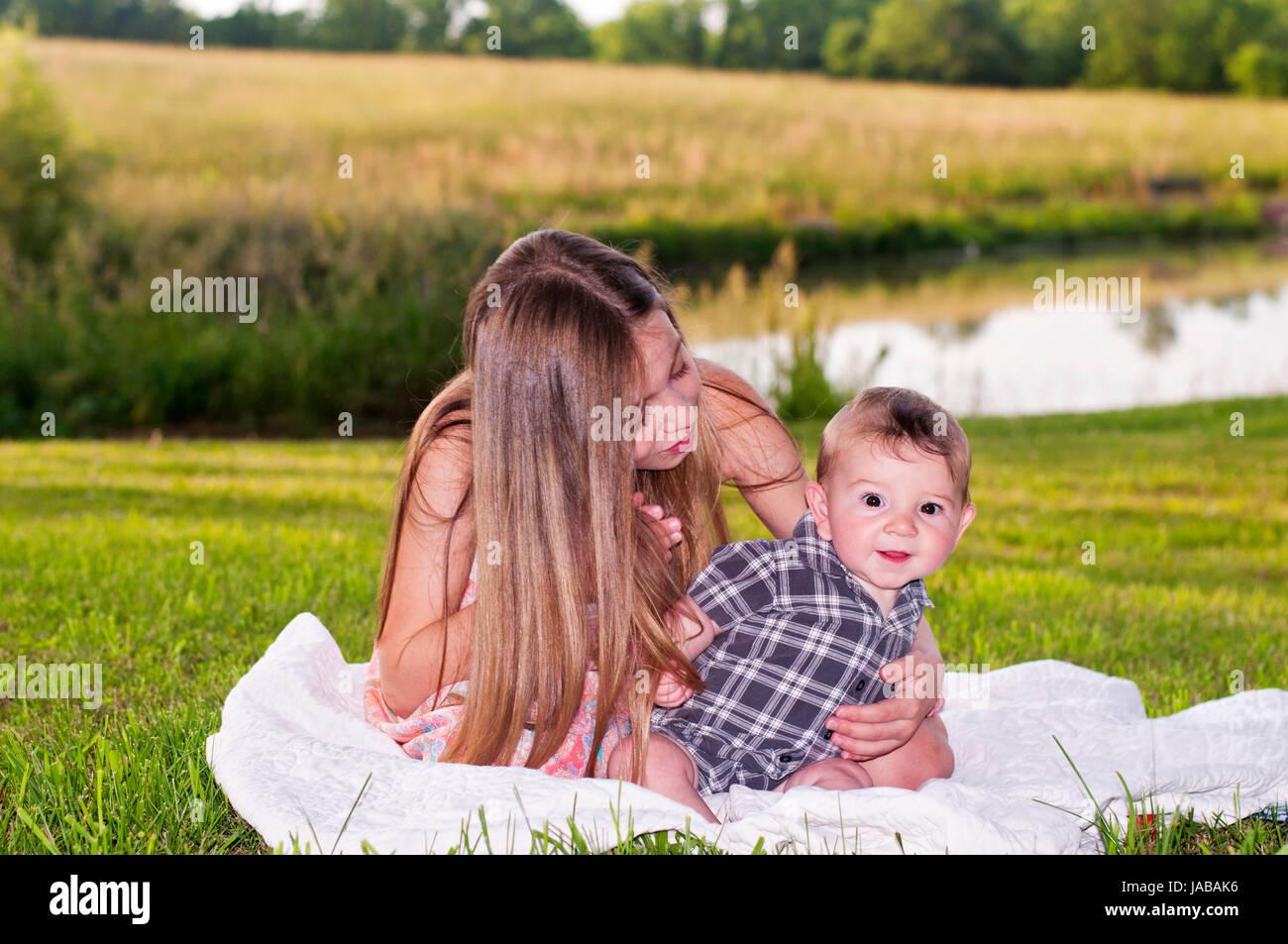 Girls sur paysage extérieur couverture Photo Stock