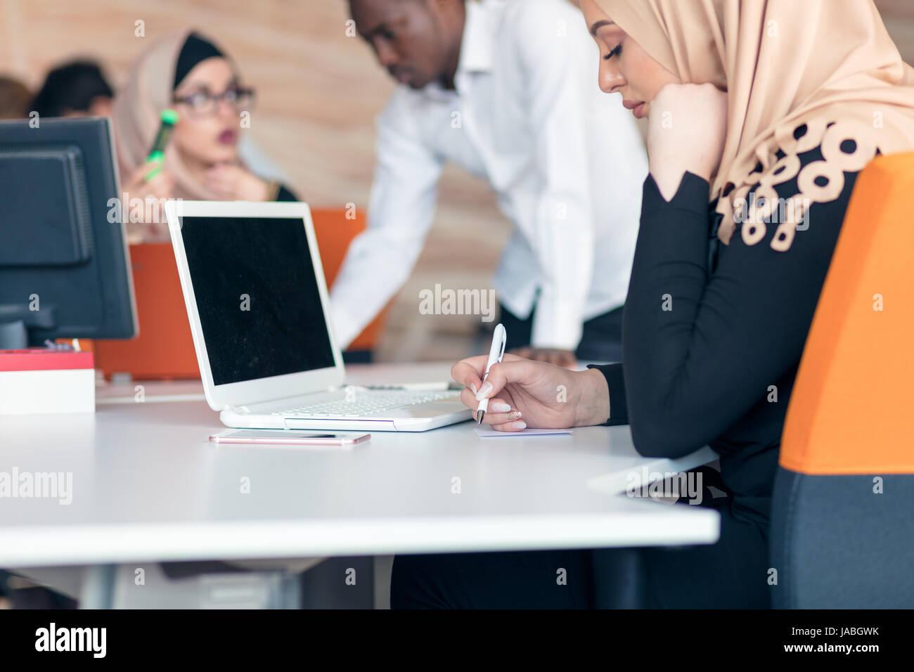 Les jeunes entreprises arabe femme portant le hijab travaillant