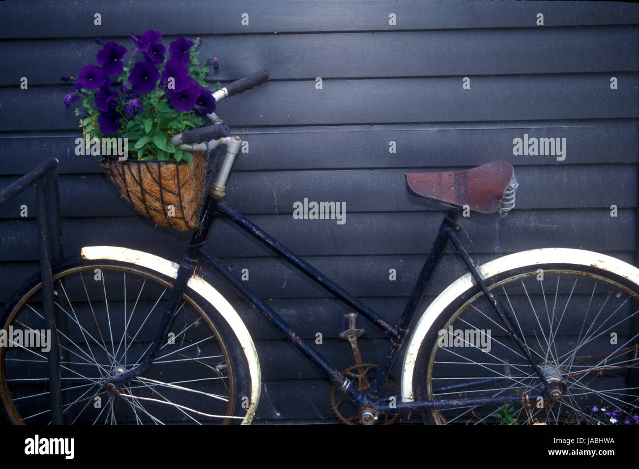 Vieux vélo appuyé contre un vieux hangar et utilisé comme décoration ...