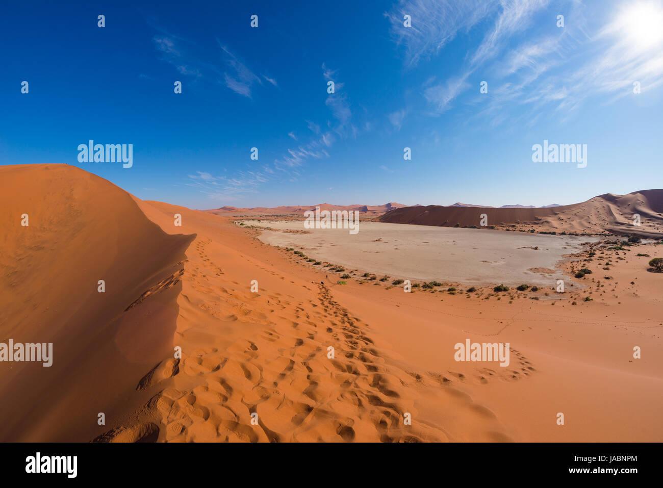 La ville pittoresque de Sossusvlei et Deadvlei, d'argile et de sel pan entouré de majestueux des dunes de sable. Le Parc National Namib Naukluft, destination de voyage en Namibie. Banque D'Images