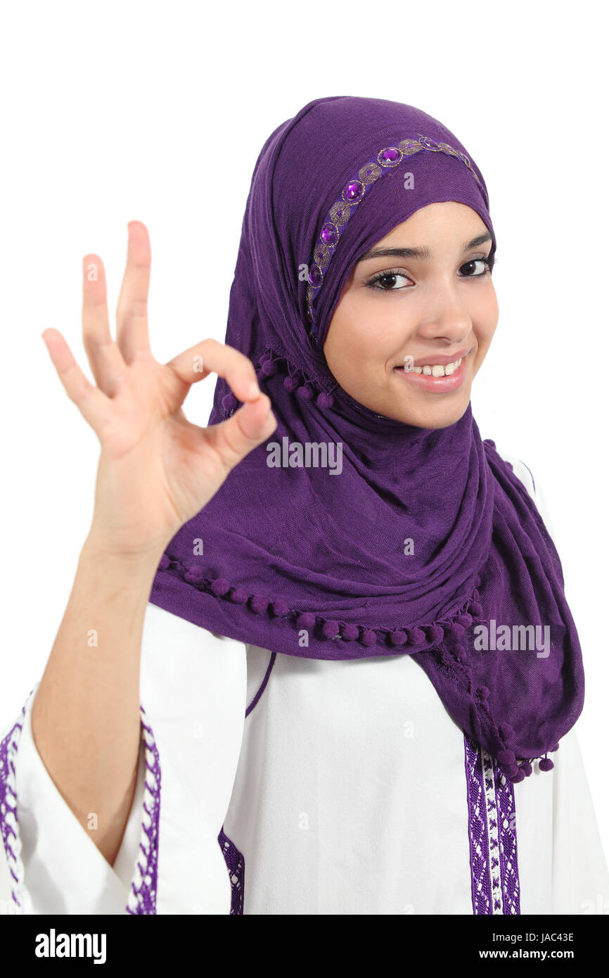 cd62646c85c1 Beautiful happy femme musulmane portant un signe jellaba ok isolé sur fond  blanc Photo Stock