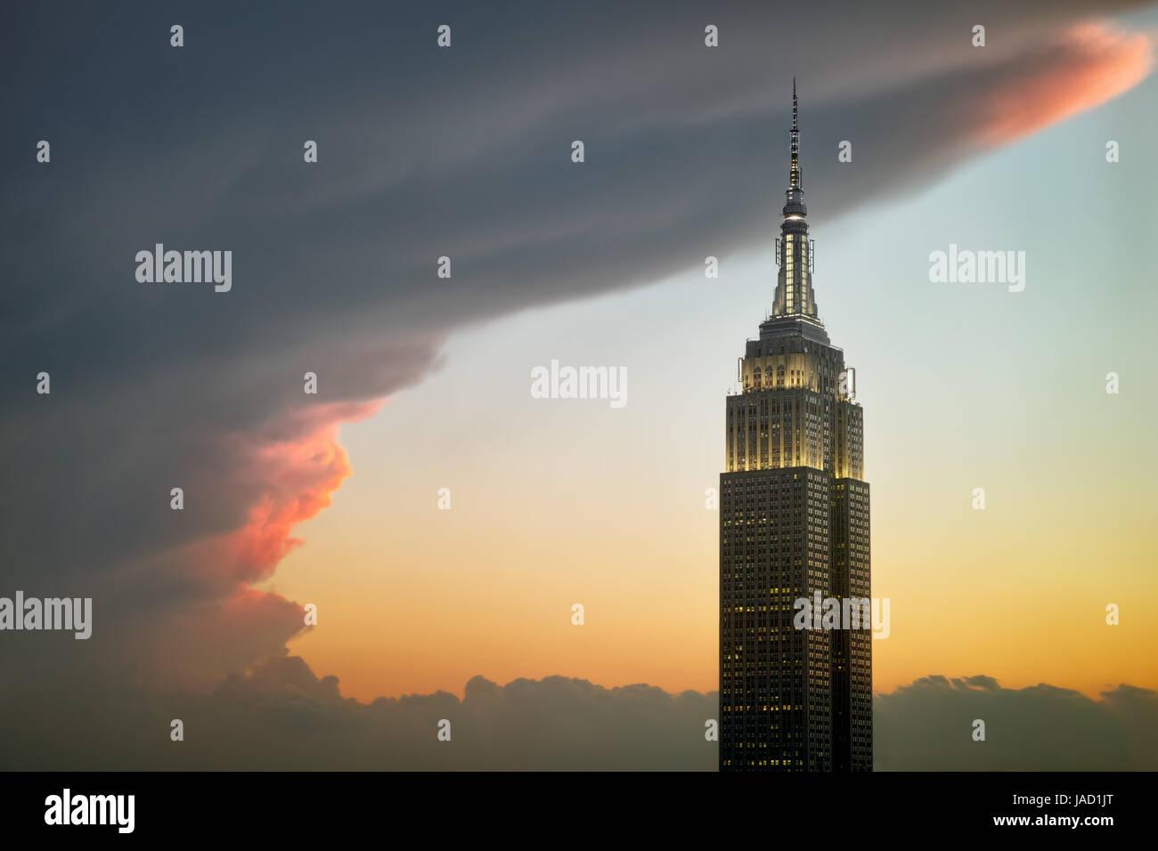 Les nuages encerclant Empire State Building sur un coucher de soleil colorés - 31 mai 2017, 40th Street, New York, Banque D'Images