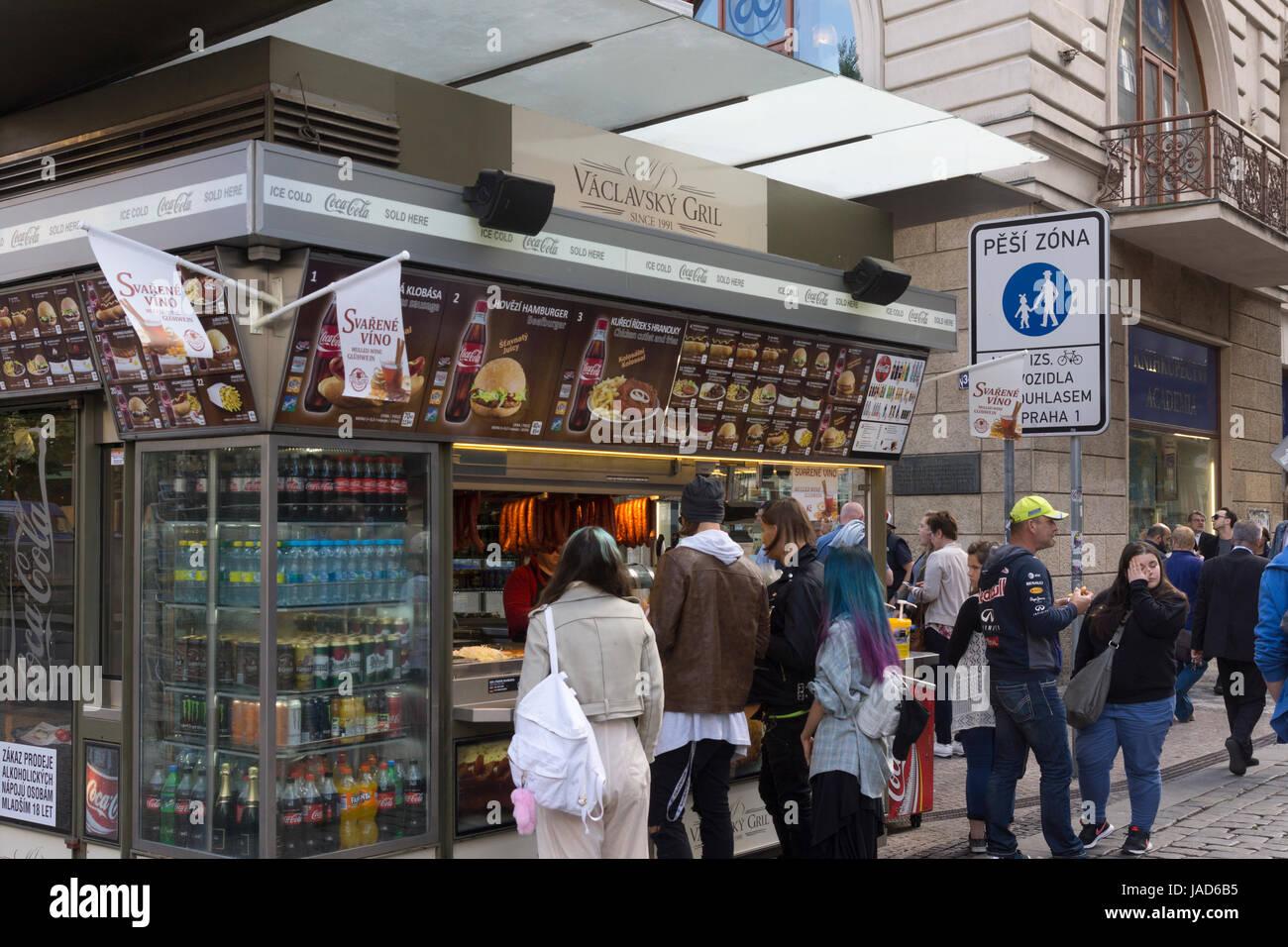 Les clients faire la queue à l'extérieur de Václavsky Gril, fast food kiosk, Prague, République Photo Stock