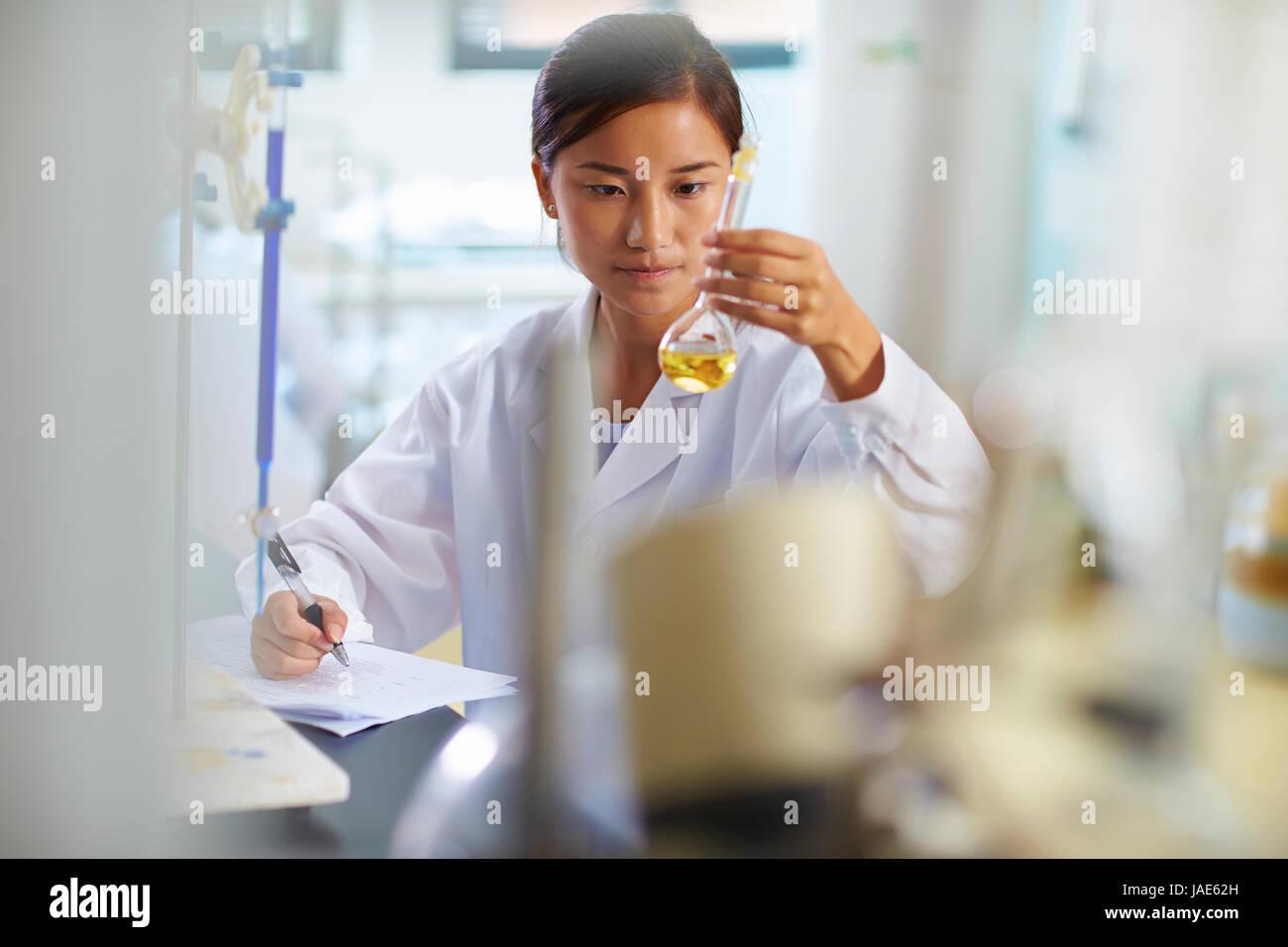 Une femme chercheur en laboratoire chinois travaillant au laboratoire avec des tubes à essai Photo Stock