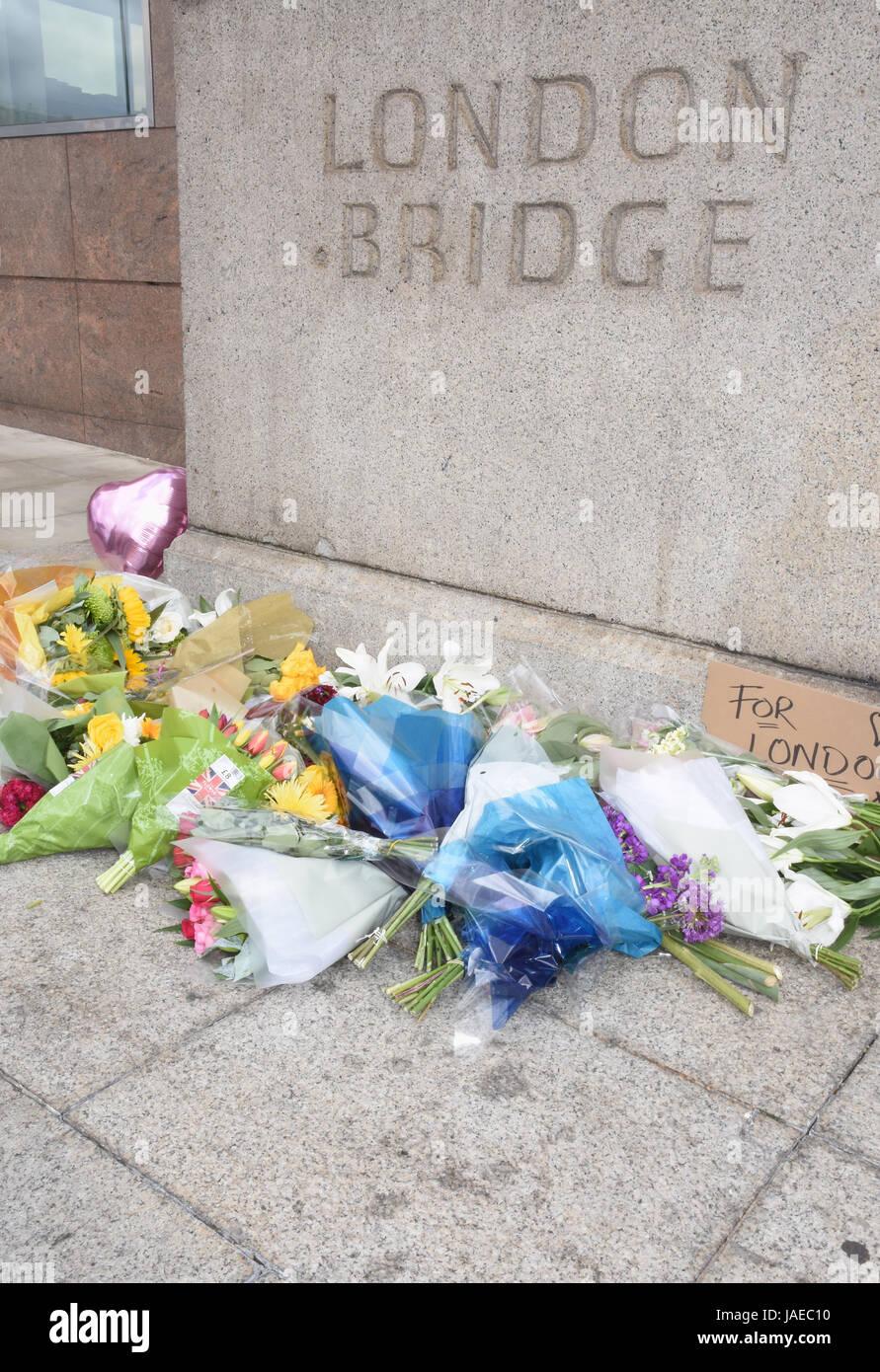 Tributs floraux à gauche à un mémorial de fortune, l'attaque terroriste de Londres 03.06.17, London Bridge, Londres. UK 05.06.17 Banque D'Images