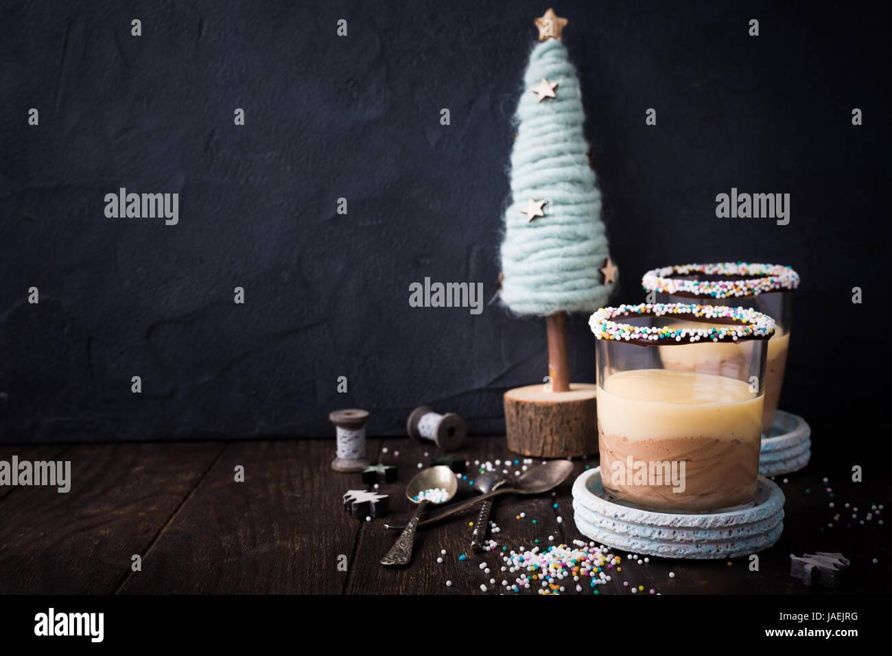 Dessert au chocolat avec crème anglaise. Photo Stock