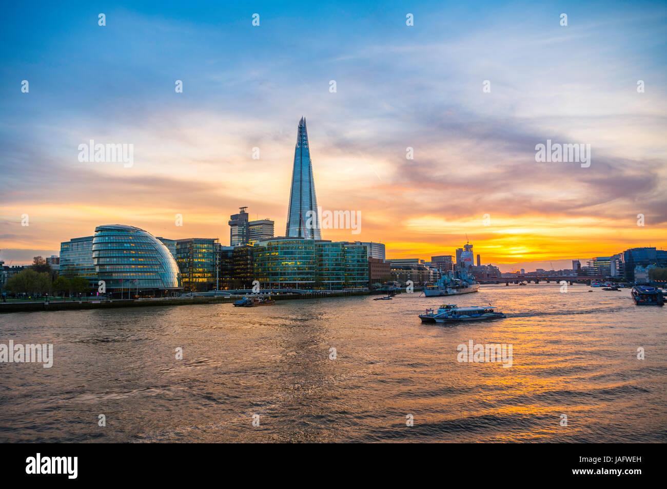 Le bureau de l'horizon plus complexe Riverside London, London City Hall, le Shard, Thames au coucher du soleil, Photo Stock