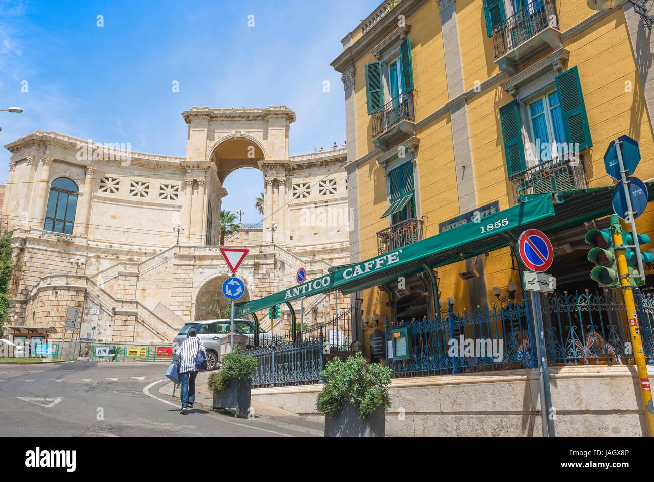 Cagliari Bastione di San Remy sarde, un café sur le bord de la Piazza Costituzione dans le Castello de Cagliari, Photo Stock