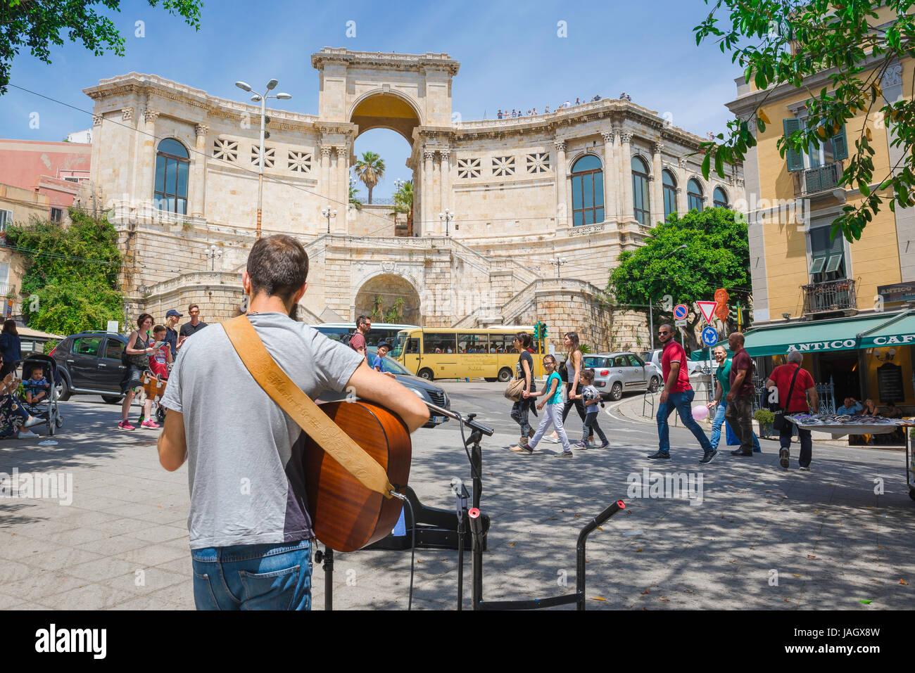 Cagliari Bastione di San Remy, un musicien divertit les passants près du Bastione di San Remy dans le Castello, Photo Stock