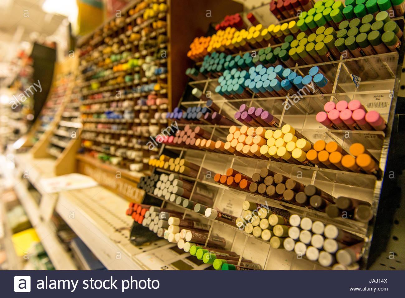 Pastels colorés dans un magasin de fournitures artistiques. Banque D'Images