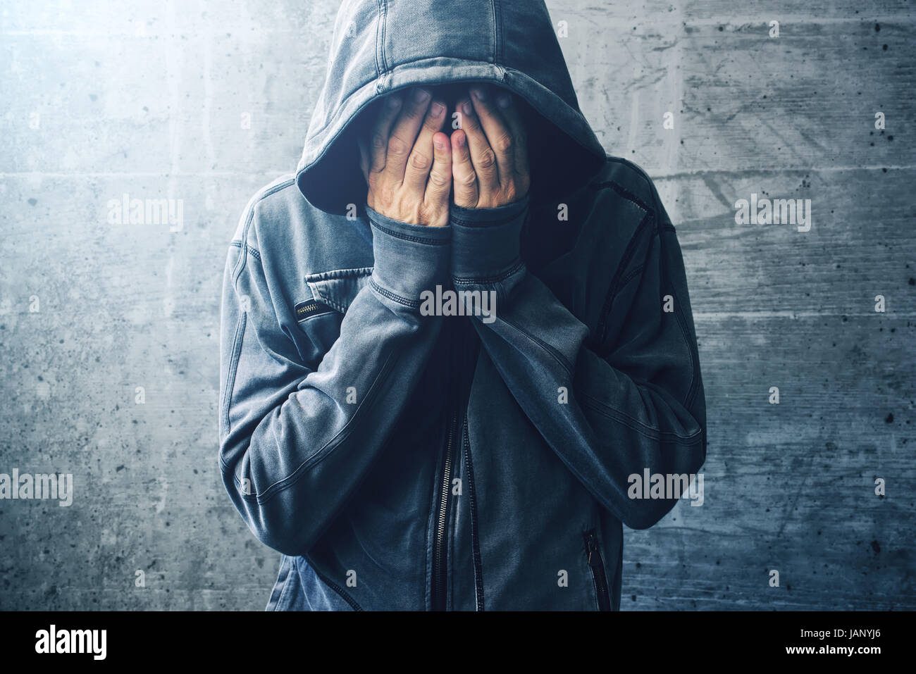 Toxicomane désespéré en passant par la crise de la toxicomanie, portrait de jeunes adultes en personne Photo Stock