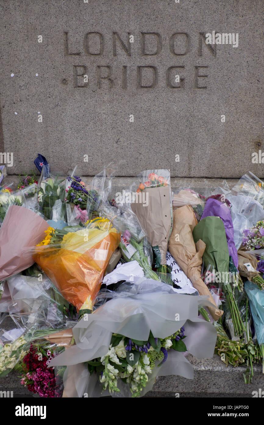 Offres de fleurs sur la chaussée par le pont de Londres, où les gens ont été tués et blessés Photo Stock
