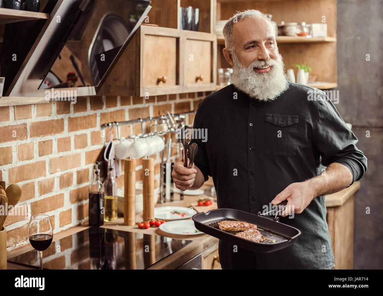 La cuisson des steaks homme Banque D'Images