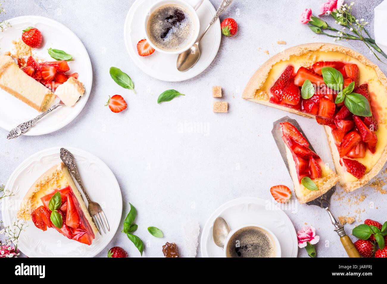 Mise à plat avec gâteau au fromage aux fraises Photo Stock