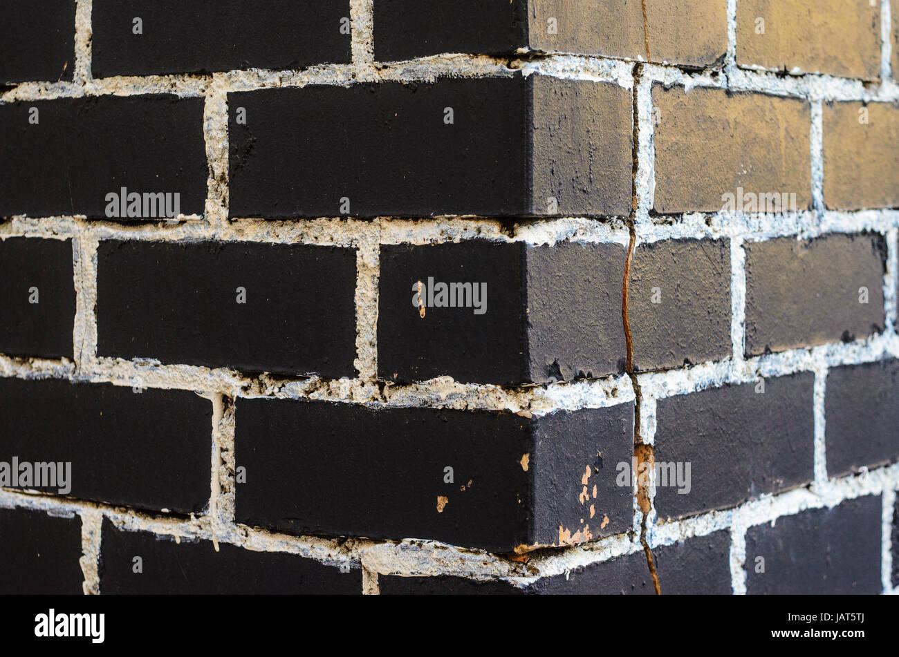 Peindre Un Mur De Brique un mur de brique peint en noir avec coutures peinture en