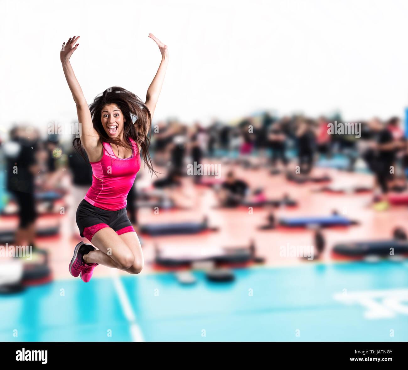Professeur de remise en forme à la salle de sport saut Photo Stock