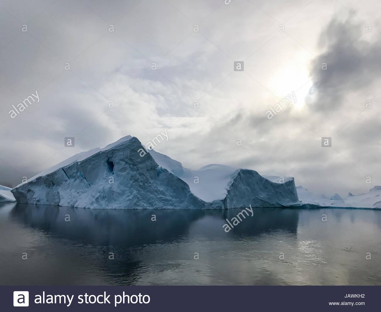 Nuages au-dessus des icebergs dans l'Antarctique Canal Lemaire. Photo Stock