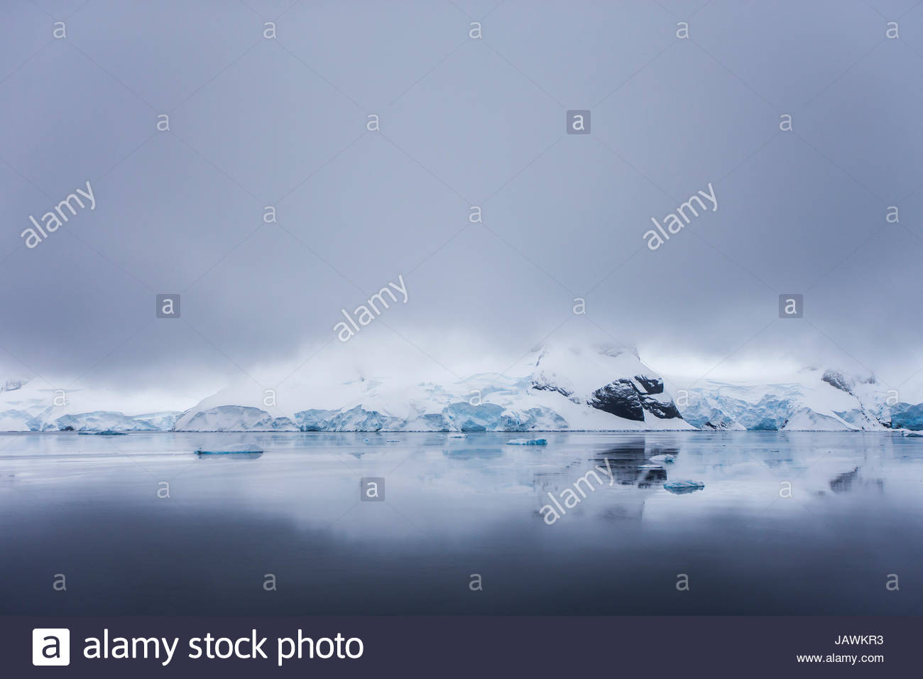 Passez au-dessus des nuages de l'Antarctique Canal Lemaire. Photo Stock
