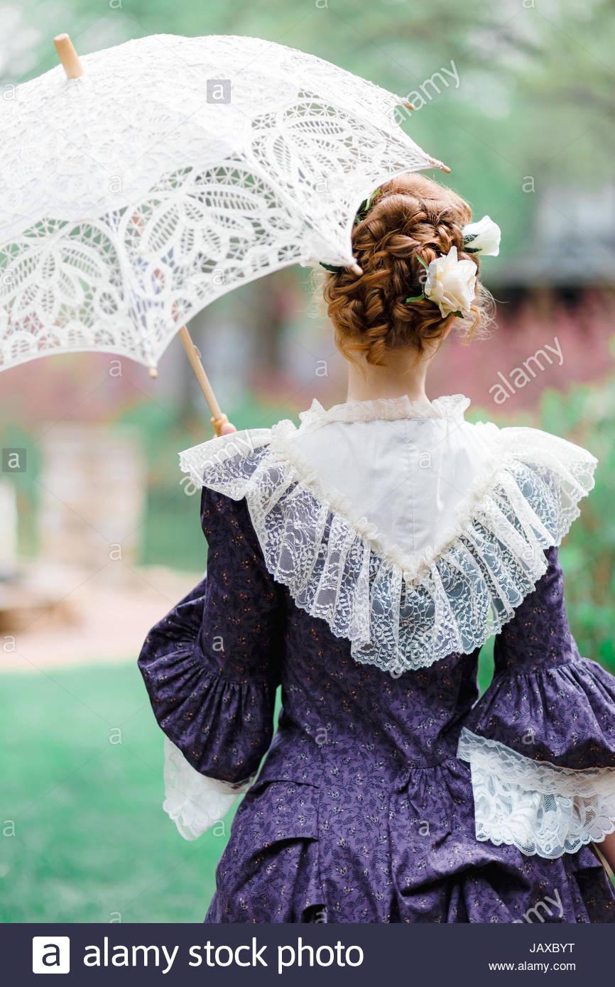 Vue arrière d'une femme tenant un parasol Banque D'Images