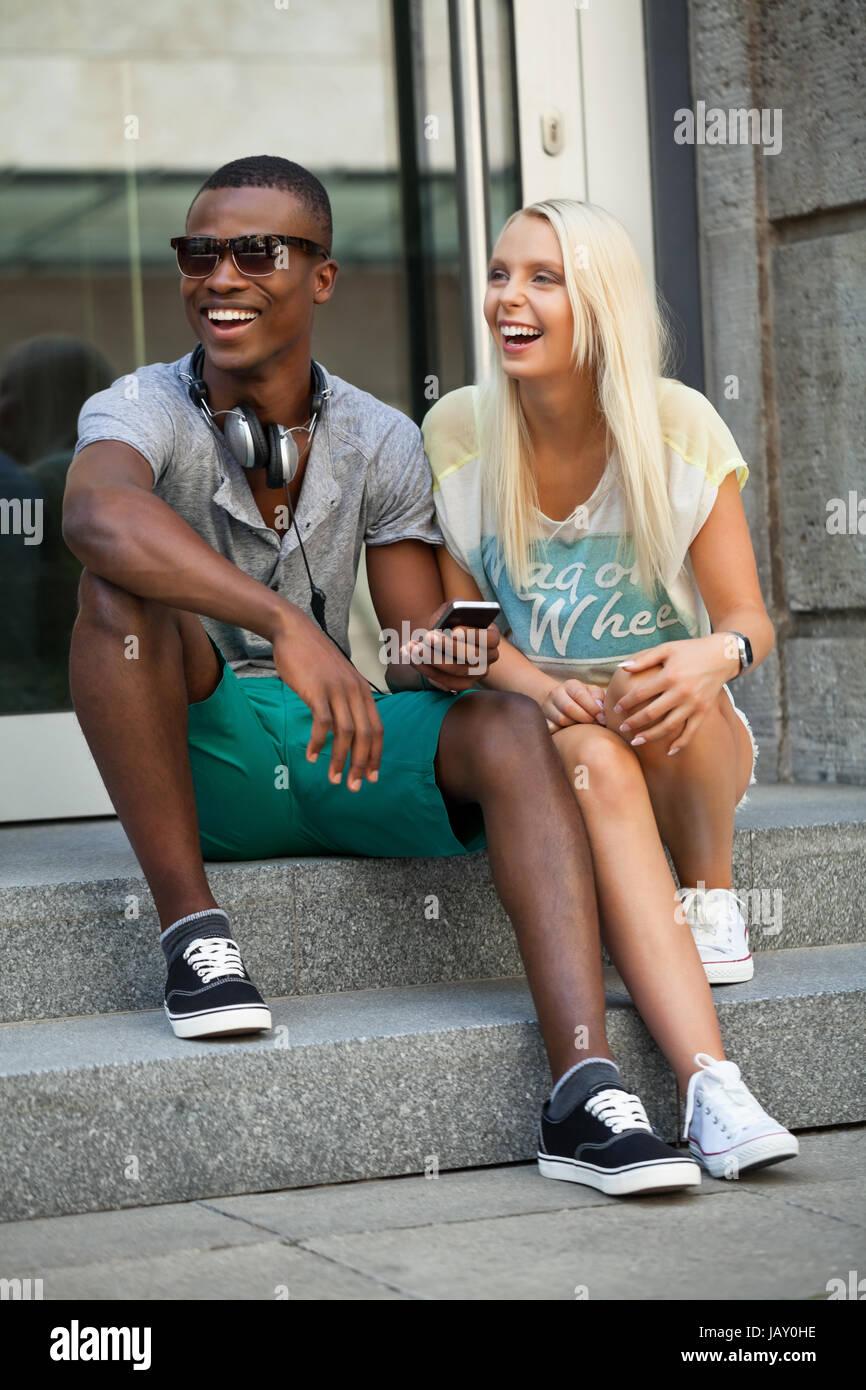 Junge - welness freunde im Sommer in der Stadt mit mobiltelefon Banque D'Images