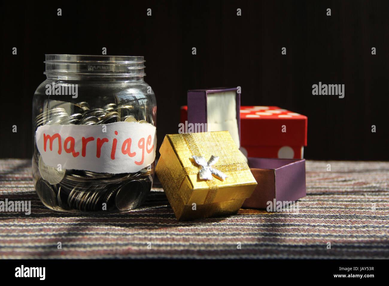 Les pièces en argent pot avec l'étiquette de mariage, concept finance Photo Stock