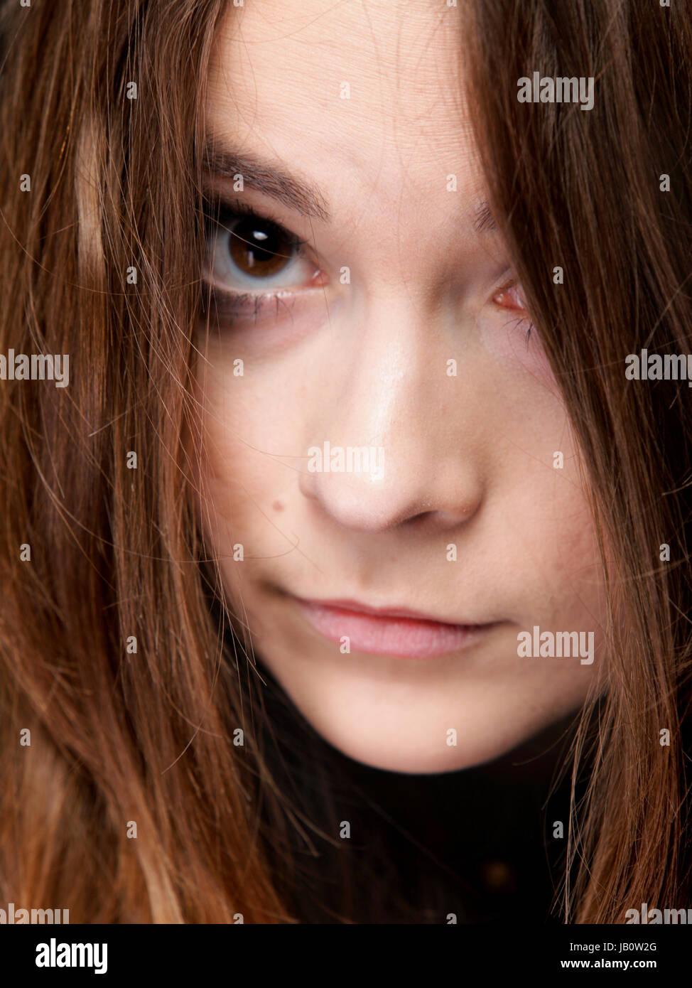 Portrait en gros plan d'une belle femme couvre la face par de longs poils bruns Banque D'Images