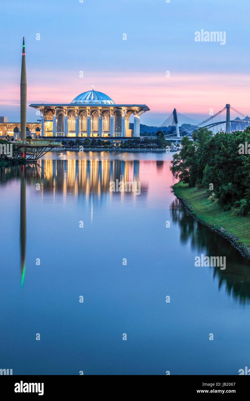 Fer à Repasser la mosquée de Putrajaya au crépuscule. Photo Stock