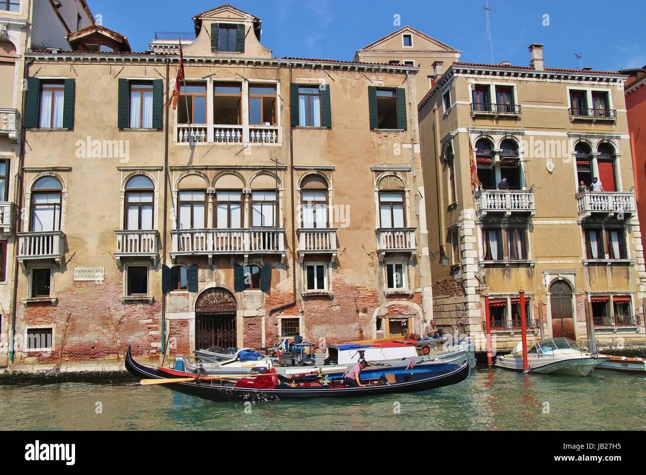 Bâtiments et gondole sur le Grand Canal, San Stefano. Scène quotidienne avec les habitants sur les balcons. Photo Stock