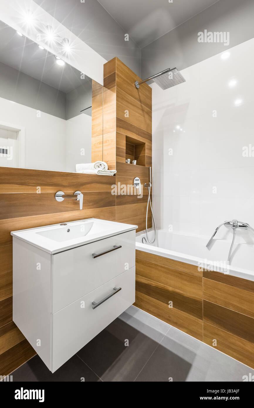 Bois Salle De Bain salle de bains avec carrelage blanc en bois, miroir et