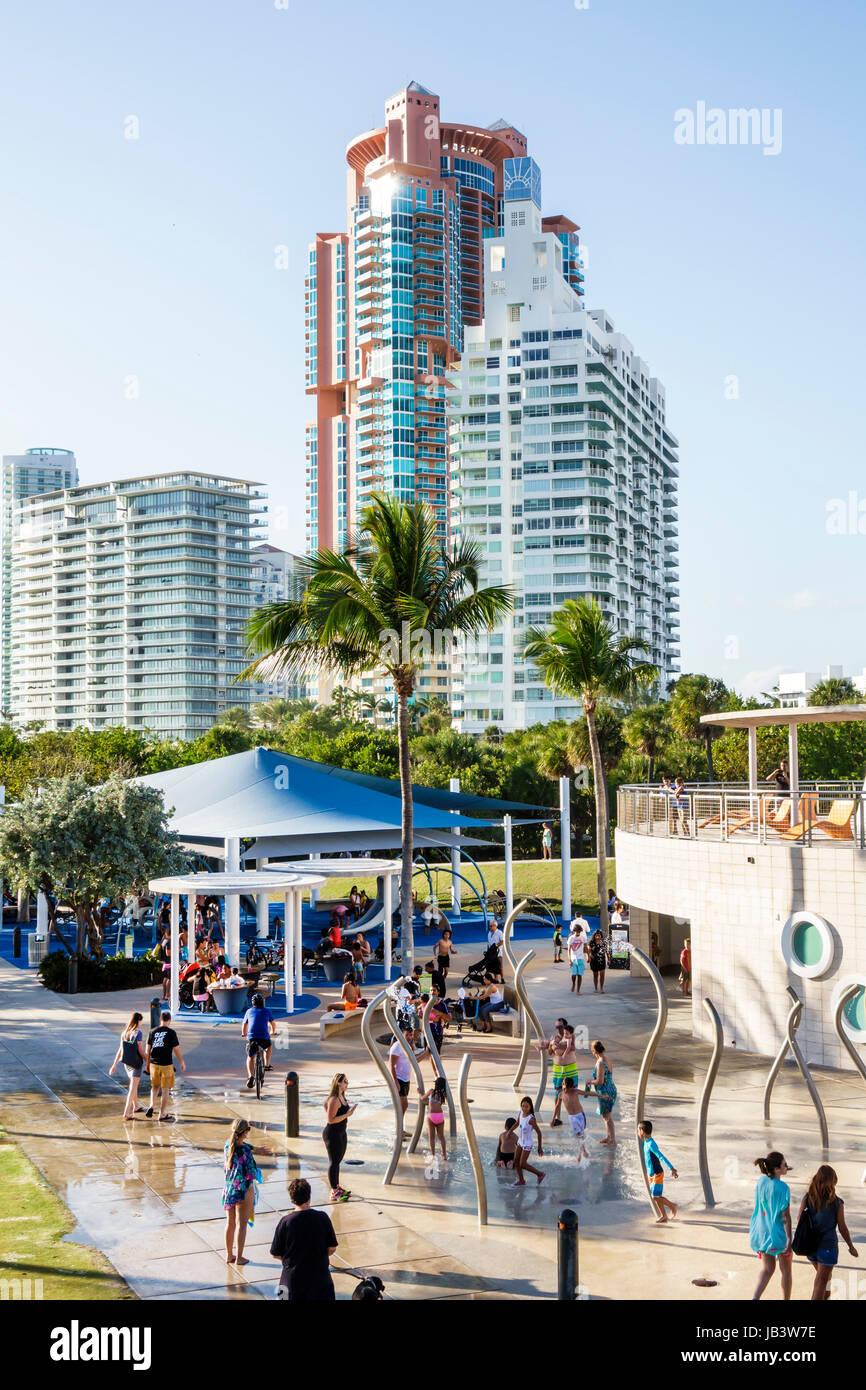 Miami Beach Florida South Pointe Park Aire de fontaine à jets douchants familles bâtiments enfants jouant Photo Stock