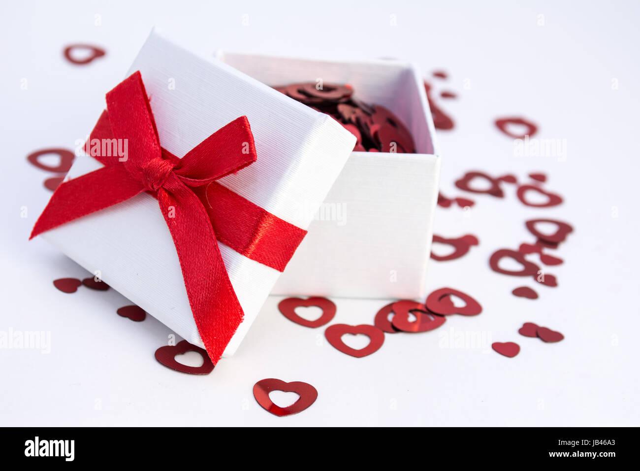 Cadeau ouvert avec coeurs rouges Photo Stock