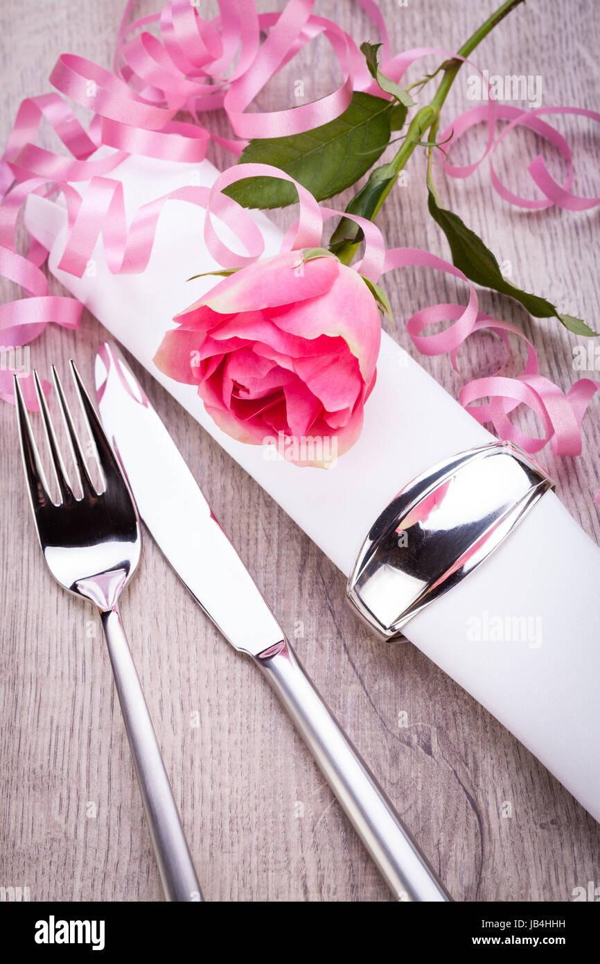 Romantisch Gedeckter Tisch Mit Silberbesteck Und Einer Rose En Rose