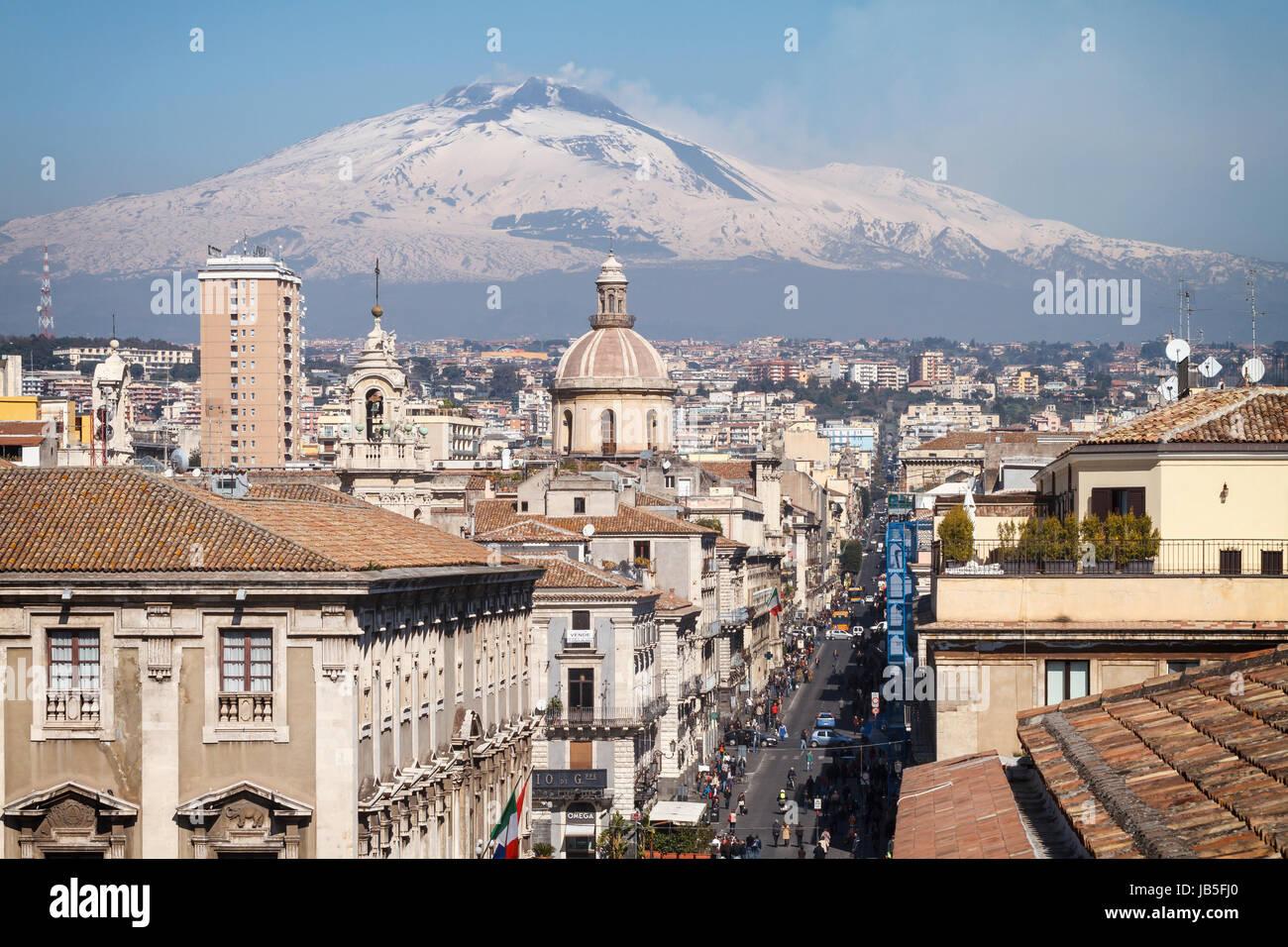 Catane, la Via Etnea 'central' street avec le volcan Etna couvert de neige, Sicile, Italie. Photo Stock