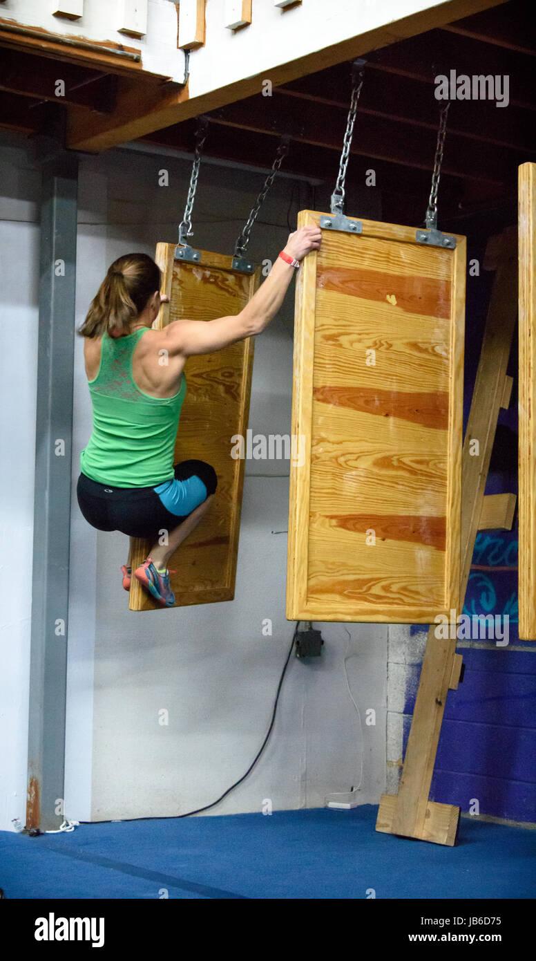 Athlète femme Ninja, Sara Heesen sur le mur flottant Albuquerque concours. Ninja Elle est en 10ème place Photo Stock