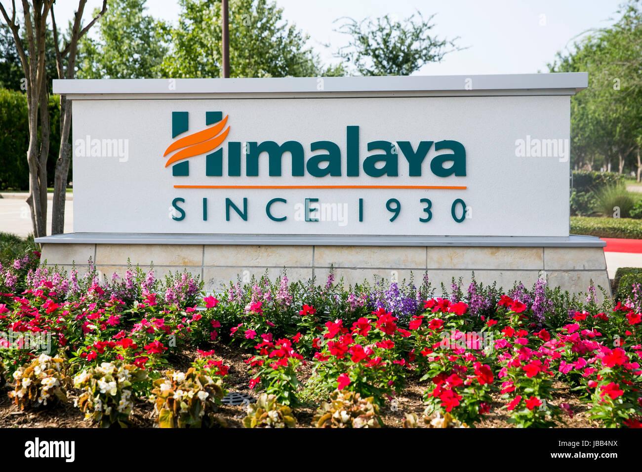 Un logo affiche à l'extérieur du siège de l'Himalaya Herbal Healthcare in Sugar Land, Texas, Photo Stock