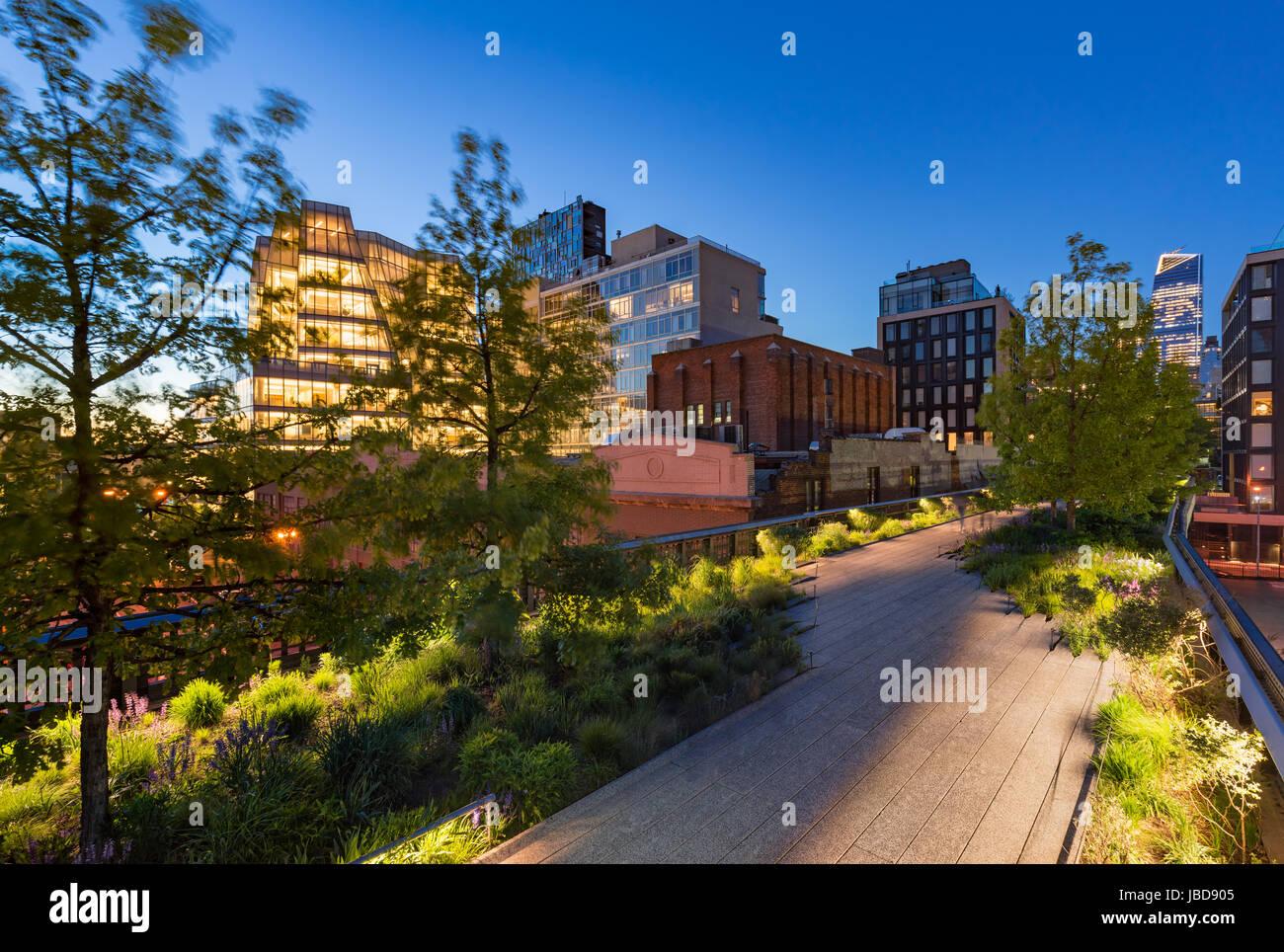 Le parc High Line Highline (Greenway) antenne au crépuscule en été. Chelsea, Manhattan, New York Photo Stock
