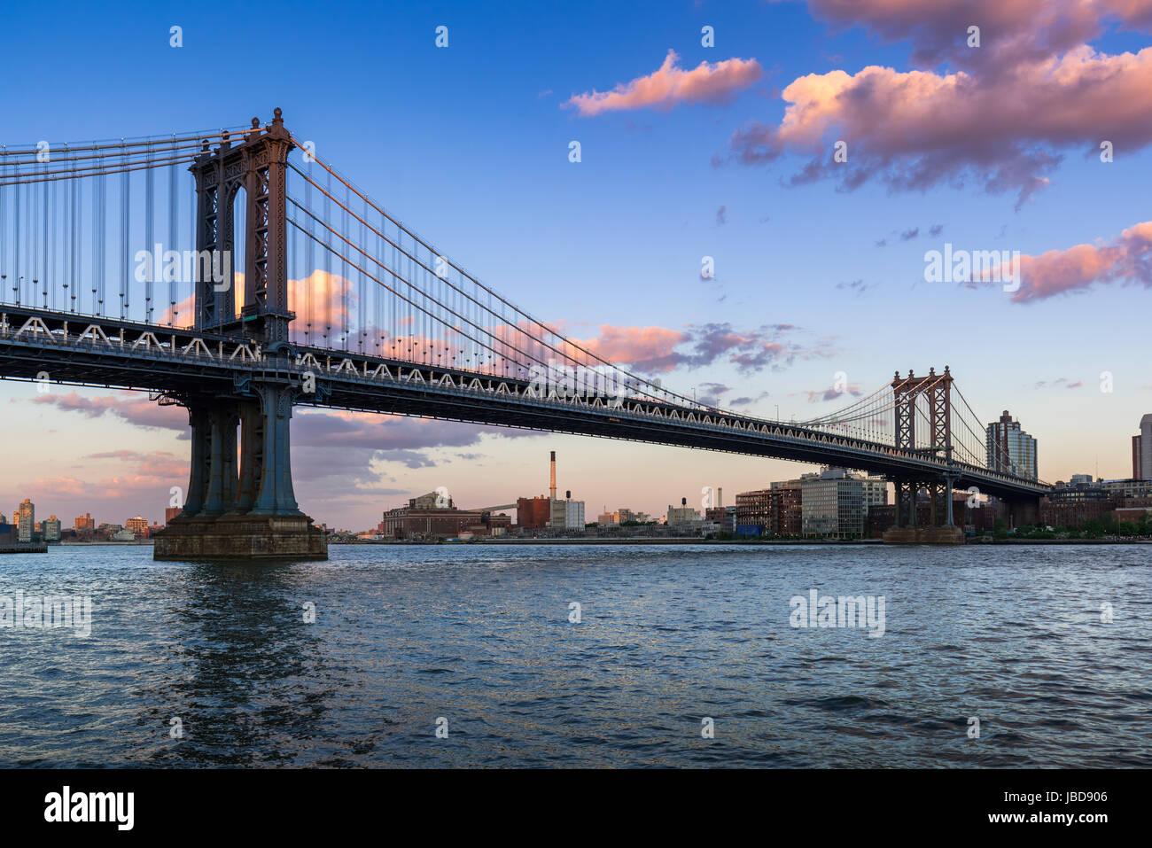 Manhattan Bridge (pont suspendu long-span) au cours de l'East River au coucher du soleil avec vue sur Brooklyn. Photo Stock